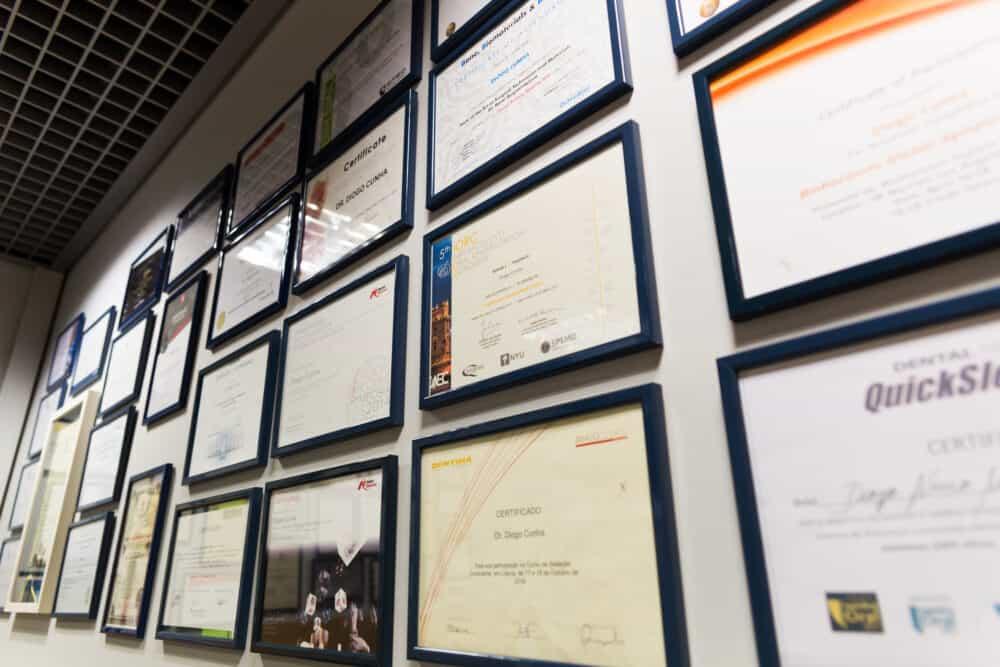 premios certificados emoldurados dentista